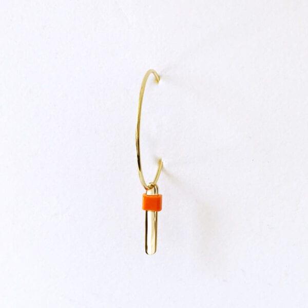 Kort vedhæng med orange perle på creol